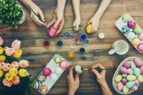Kūku šķīvjos, groziņos un glāzēs – idejas nokrāsoto olu pasniegšanai