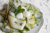 Svaigu cukīni salāti ar piparmētru un citronu mērci