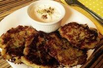 Kartupeļu pankūkas ar sieru un mārrutku-ābolu mērci