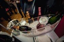 Foto: Vīnmīļu prieks par dzirkstošajām šampanieša krellēm pavasara Burbuļu parādē