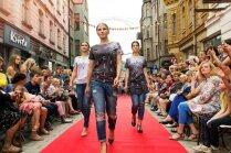 Foto: Cēsinieki košā modes skatē pulcē ļaužu pūļus