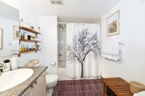 Klasiski un radoši plauktu risinājumi mantu glabāšanai vannasistabā