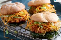 Grila skola: cāļa gaļas burgeri ar burkānu salātiem