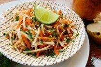 Sulīgie seleriju–bumbieru salāti ar eļļas–laima mērci