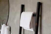 No trepēm līdz palešu veidotiem plauktiem – radoši risinājumi dvieļu pakarināšanai