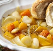 Pupiņu zupa ar sakņu dārzeņiem un svaigi ceptām maizītēm