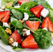 Spinātu un zemeņu salāti pusdienām