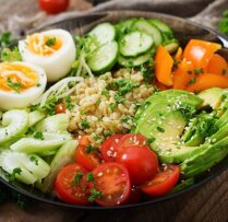 Kad gaļas vietā stājas avokado: 14 salātu receptes fiksām vakariņām