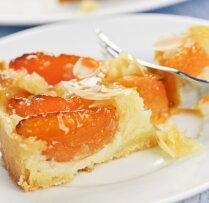 Kūka ar aprikozēm un mandeļu skaidiņām