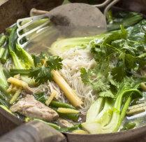 Vistas un rīsu nūdeļu zupa Taizemes gaumē