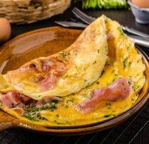 Sātīgām vēlajām brokastīm – 12 spēcinošu omlešu receptes
