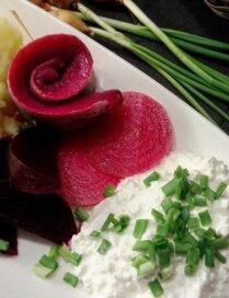Siļķu rullīši ar bietēs marinētiem sīpoliem, biezpienu un krēmīgiem kartupeļiem
