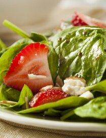 Spinātu salāti ar zemenēm un kazas sieru