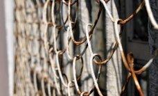 Rīgas Centrālcietumā par izvarošanu ieslodzīts vīrietis ar šķērēm uzbrūk darbiniecei