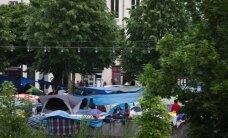 Francijas varasiestādes evakuē 1850 imigrantus no telšu nometnes Parīzes parkā