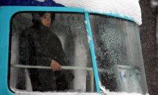 Rīgā ievieš 'puteņa biļetes'; autovadītāji sabiedrisko transportu var izmantot bez maksas