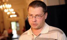 Dombrovskis uzdāvina Džekijam Čanam Lāčplēša cepuri