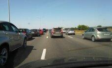 Sastrēgumi uz atpūtas vietām Latvijā sasniedz teju 20 kilometrus, cilvēki sašutuši