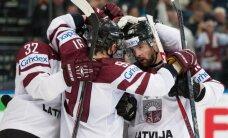 Latvijas hokeja izlase ziedo nūju un kreklus labdarībai