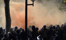 Foto: Francijā izceļas sadursmes policijas un demonstrantu starpā