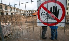 Foto: Sāk jaukt bēdīgi slaveno graustu Rīgas centrā