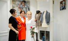 Foto: Latvijas elegantākās dāmas novērtē mākslu