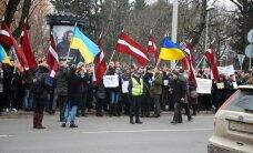 Reportāža: Pie Krievijas vēstniecības Rīgā pulcējas Ukrainas atbalstītāju pulki