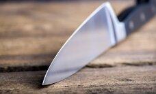 Vīrietis darbā sadur sevi ar nazi un gūst dzīvībai bīstamas traumas
