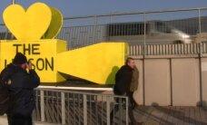 Foto: Daugavā atklāj filmai 'Izlaiduma gads' veltītu pieminekli