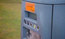 Krāpnieki autostāvvietu automātos ievieto maisiņus un savāc klientu naudu