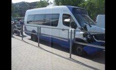 Pie Gaismas pils saskrienas 'mikriņš' un BMW X6; bloķēta tramvaju satiksme