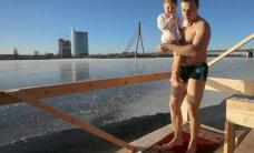 Крещение: более 100 православных окунулись в воды Даугавы