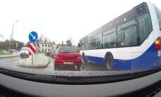 Очевидец: Водитель автобуса Rīgas satiksme нарушает правила, чтобы объехать пробку
