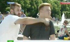 Video: Maskavā 'desantnieku dienas' svinētājs tiešraidē sit žurnālistu
