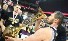 Foto: 'VEF Rīga' dzer šampanieti no LBL čempionu jaunā kausa