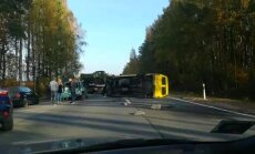 ВИДЕО: на Лиепайском шоссе столкнулись Mercedes Benz и Opel