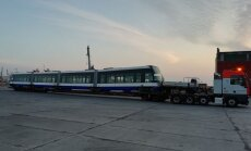 ФОТО: В Лиепайский порт доставили новый трамвай для Rīgas satiksme