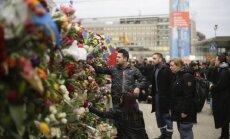 Foto: Zviedrijā gulst ziedi un sveces Stokholmas terorakta bojā gājušo piemiņai