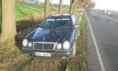 Foto: Vācijā jau mēnesi ceļmalā mētājas 'Mercedes' no Latvijas