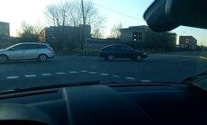 Video: Šoferīti uzjautrina automašīnas ačgārnā vilkšana uz servisu