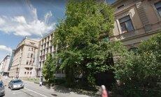 Neatļauj cirst 'redzamību liedzošos' kokus pie Aizsardzības ministrijas