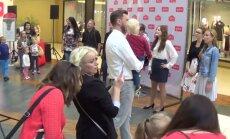 Aculiecinieka video: Mūziķis Dons un koris ar sirsnīgu dziedājumu pārsteidz lielveikala apmeklētājus Rīgā