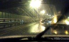 Video: Uz Dienvidu tilta avarējis auto