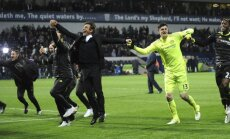 Chelsea s manager Antonio Conte celebrates with players