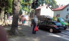 'BMW' un 'Opel' spēkrati nesadala ceļu Ernestīnes un Melnsila ielu krustojumā