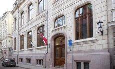 Vienai no Saeimas ēkām no stiklotās fasādes ir atdalījies nosedzošais elements