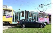 Foto: 'Opel Vectra' Liepājā nedod ceļu tramvajam