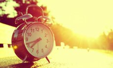 Nedēļas nogalē pulksteņa rādītāji jāpagriež par stundu uz priekšu