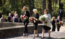 Foto: Meža kapos gulda ziedus par godu Satversmes sapulces sasaukšanai