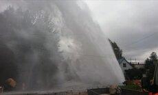 Strūkla vairāku metru augstumā: kā izskatījās ūdensvada avārija Ziepniekkalnā